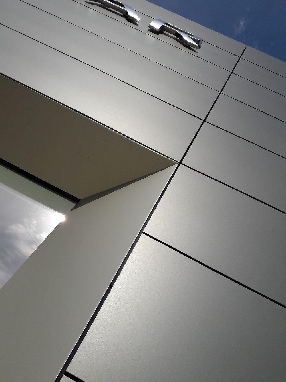 Detail atiky odvetranej fasády od AVG